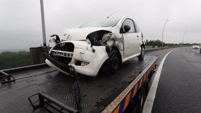 Vrouw botst op auto van Rijkswaterstaat op A2