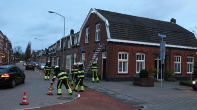 Brandweer verwijdert loshangende geveldelen van woning