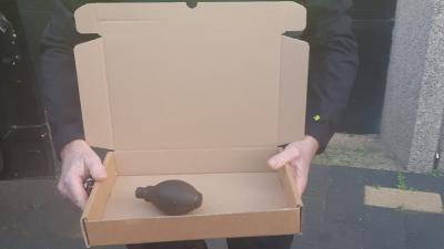 Agent met verdacht pakket