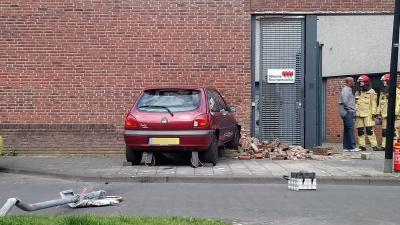 Auto rijdt tegen woning in Amsterdam