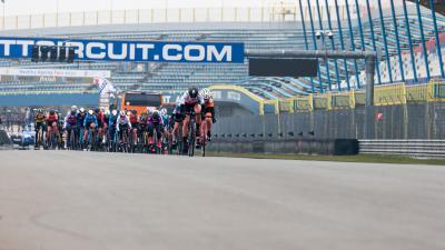 Wielrenners op het TT Circuit
