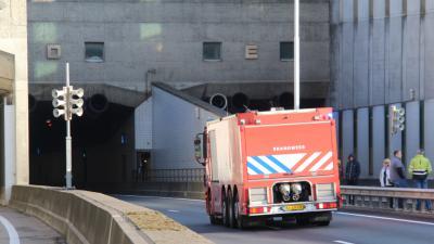 Brandweerwagen die Beneluxtunnel in rijdt