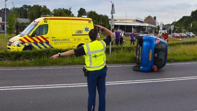 Foto van auto op zijn kant in Nijnsel   Persburo Sander van Gils   www.persburausandervangils.nl