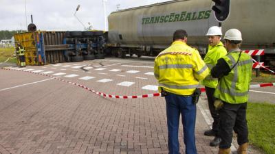 Foto van aanrijding trein - vrachtwagen | Flashphoto | www.flashphoto.nl