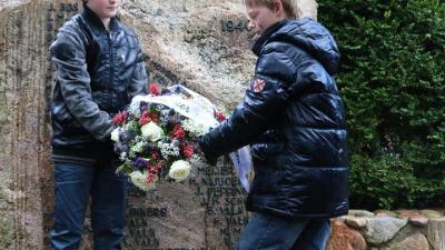 Foto van kranslegging bij monument Gieten   Van Oost Media   www.vanoostmedia.nl