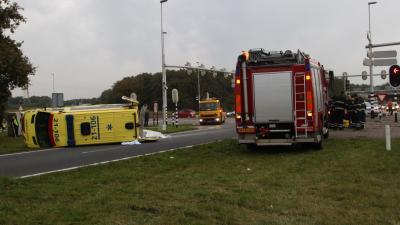 Foto van ambulance op zijn kant | Willy Smits | www.112journaal.nl