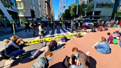 Activisten blokkeren kruising