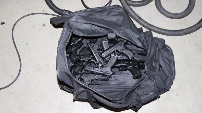 Man aangehouden vanwege invoer van 12 vuurwapens