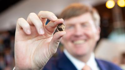 Koning Willem-Alexander slaat gouden luchtvaart munt