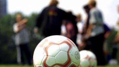 Foto van voetbalveld met ballen   Archief FBF.nl