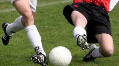 Foto van voetballers op veld   Archief FBF.nl