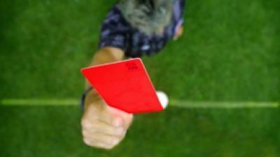 Foto van scheidsrechter met rode kaart