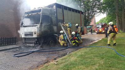 Brandweer blust vrachtwagen