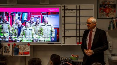 Burgemeester geeft vuurwerk voorlichting op basisschool