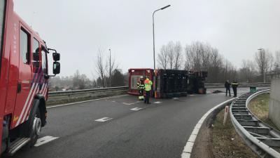 Vrachtwagen kantelt op A4