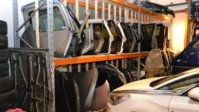 Foto van loods met auto onderdelen | OM