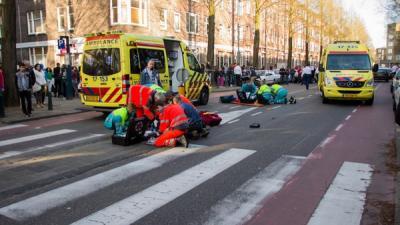 Auto schept twee voetgangers | Flashphoto | www.flashphoto.nl