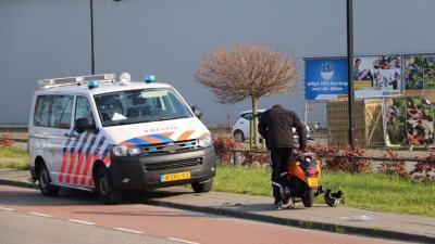 Auto botst in Vlaardingen met scooter