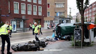 Auto over de kop raakt vrouw in Amsterdam