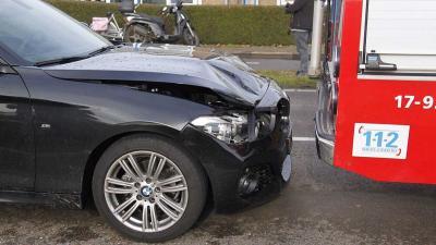 Auto's botsen achterop brandweerwagen Klapwijkseweg