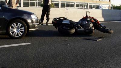 Lange file door aanrijding tussen auto en motor