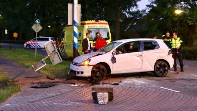 Auto ramt varkensrug, passagier raakt gewond