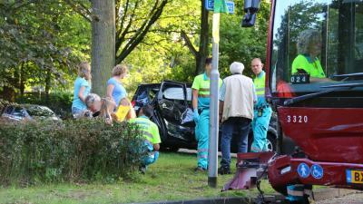 Lijnbus botst op auto in Gieten