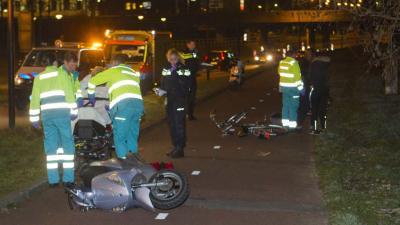 Fietser en scooterrijder gewond na aanrijding