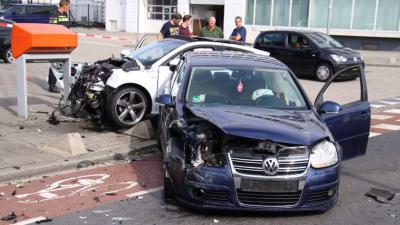 Veel schade bij aanrijding auto's in Rotterdam