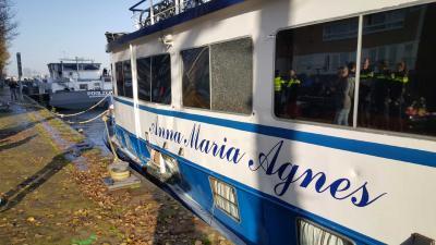 Binnenvaartschip ramt boten op IJ bij KNSM-eiland