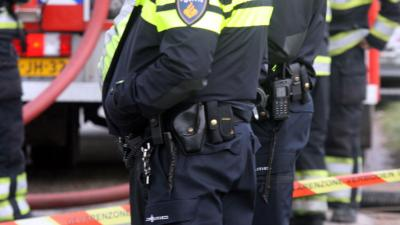 Agent valt over wapenstok door fout in politie-uniform