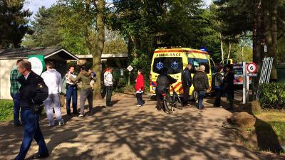 Foto van ambulance op bungalowpark | Sander van Gils | www.persburosandervangils.nl