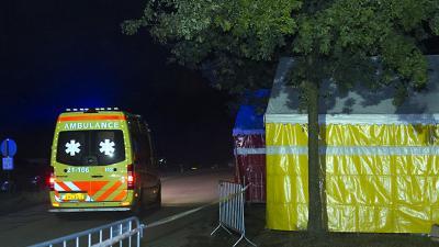 Foto van ambulance bij tent in donker   Sander van Gils   www.persburosandervangils.nl