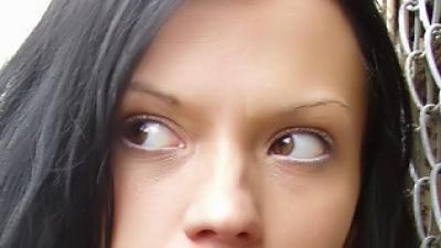 Angstig kijkende vrouw   Sxc