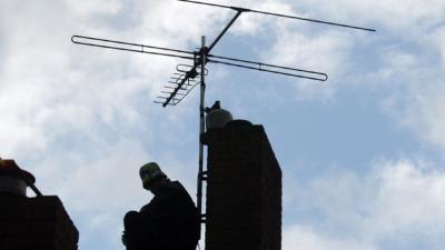 Zendamateur slaat Telecomagent na ontdekken zendmast in boom