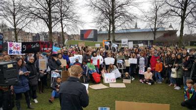 Demonstratie tegen vuurwapengeweld Museumplein Amsterdam