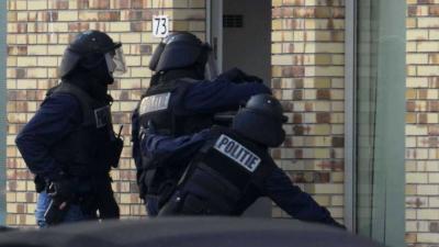Foto van arrestatieteam bij woning | Archief Aneo Koning | www.fotokoning.nl