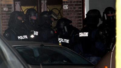 Foto van arrestatieteam in donker   Archief Flashphoto.nl   www.flashphoto.nl