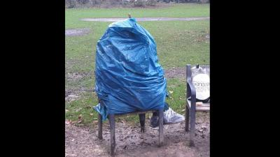Uitgeprocedeerde asielzoeker Tilburg schuilt in zak tegen de regen