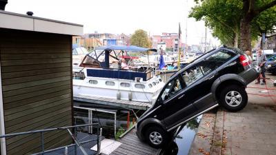 Auto rijdt vanzelf van kade af in Schiedam