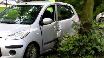Eenzijdig ongeval tussen auto en boom