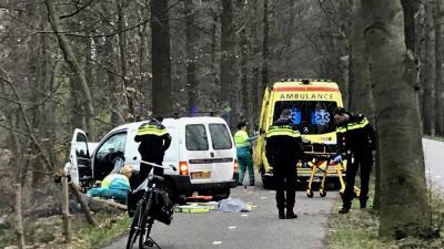 Traumateam naar bestuurder die met auto van de weg is geraakt