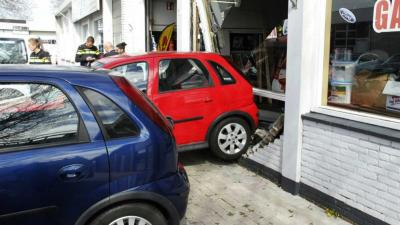 Auto rijdt door gevel na botsing