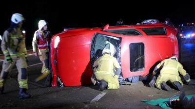 Auto op zijn kant bij botsing tussen drie auto's N34 Schipborg