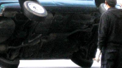 Branieschoppers duwen auto op zijn kant