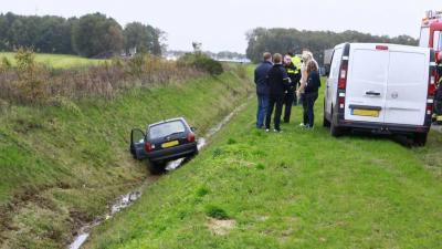Auto rijdt droge sloot in langs N34