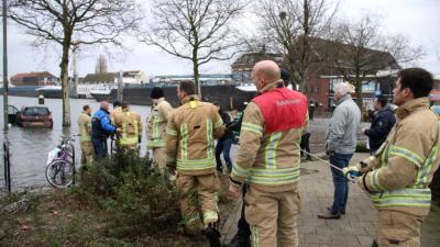 Eigenaar vergeet hoogwater, brandweer probeert tevergeefs auto te redden