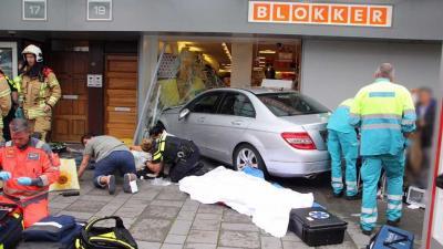 Auto rijdt Blokker filiaal Vlaardingen binnen, meerdere gewonden