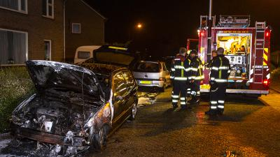 Felle brand verwoest auto in Helvoirt