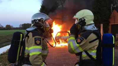 Auto volledig verwoest door brand Den Velde